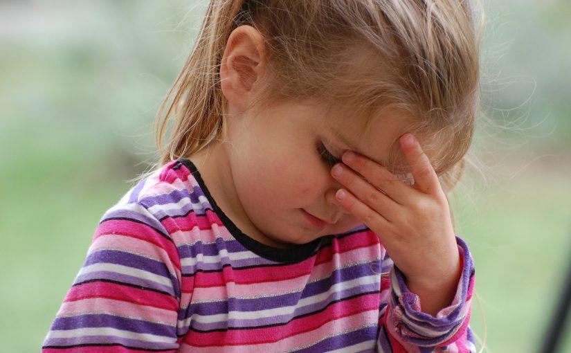 写真:女の子が頭痛の様子
